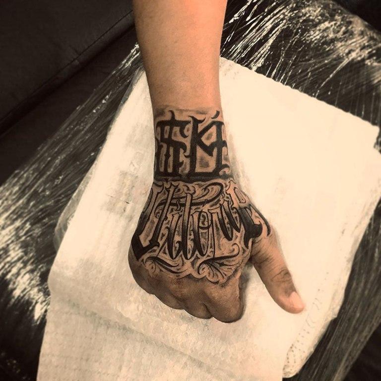 татуировка на руке надпись
