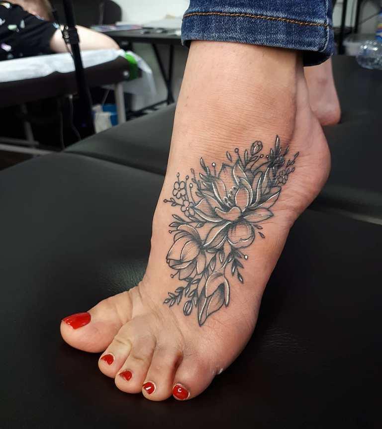 татуировки на ноге женские