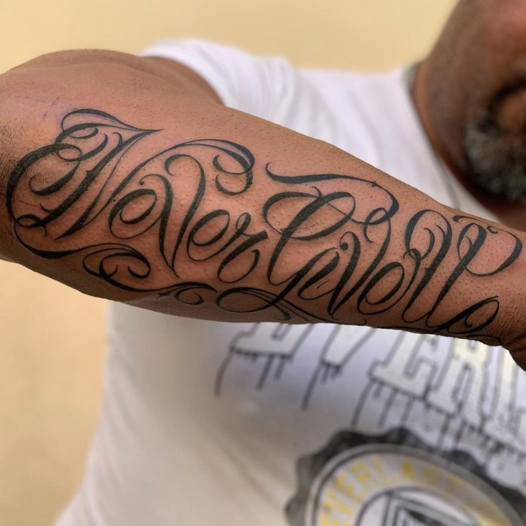 татуировки на руке мужские надписи