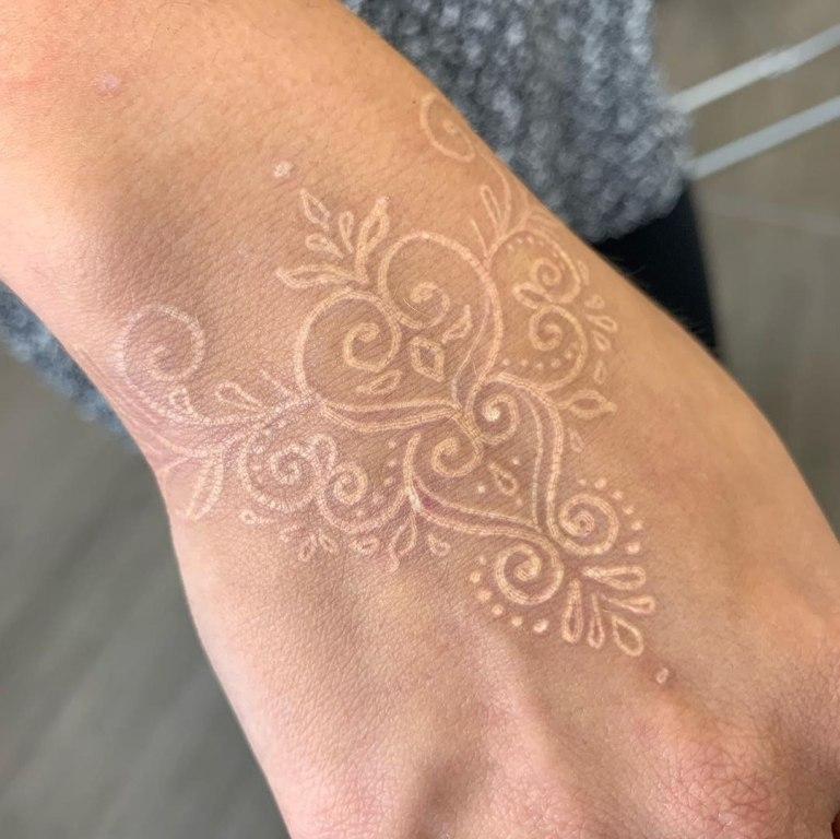 татуировка белыми чернилами