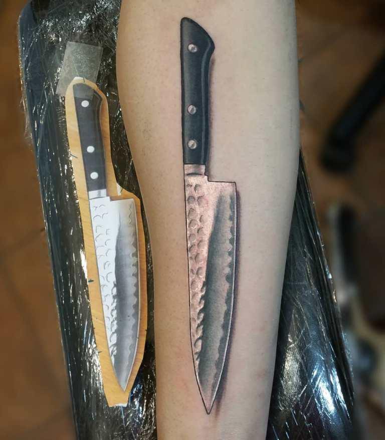 татуировка нож на руке