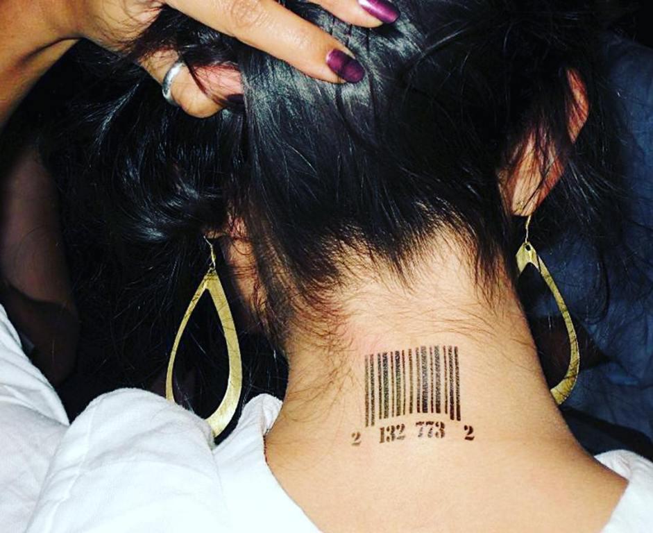 татуировка штрих код на шее