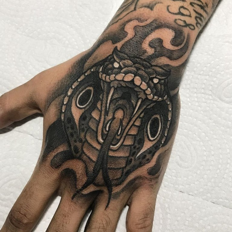 татуировка кобра