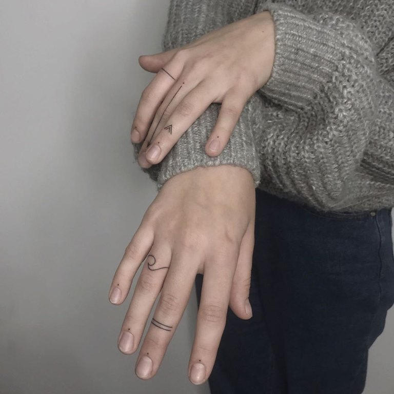 тату точки на пальцах возле ногтей
