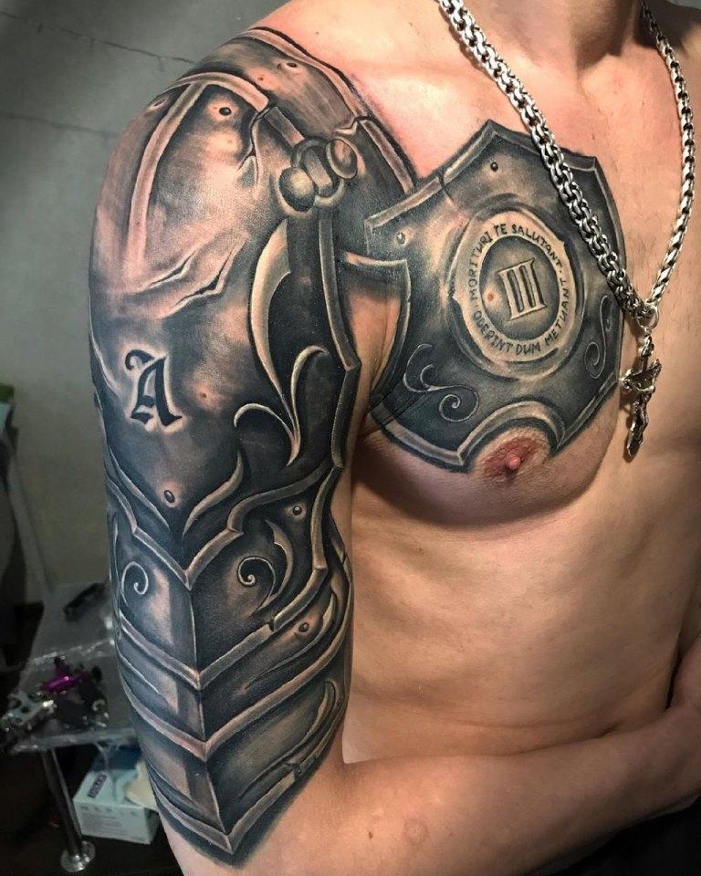 татуировка доспехи на плече
