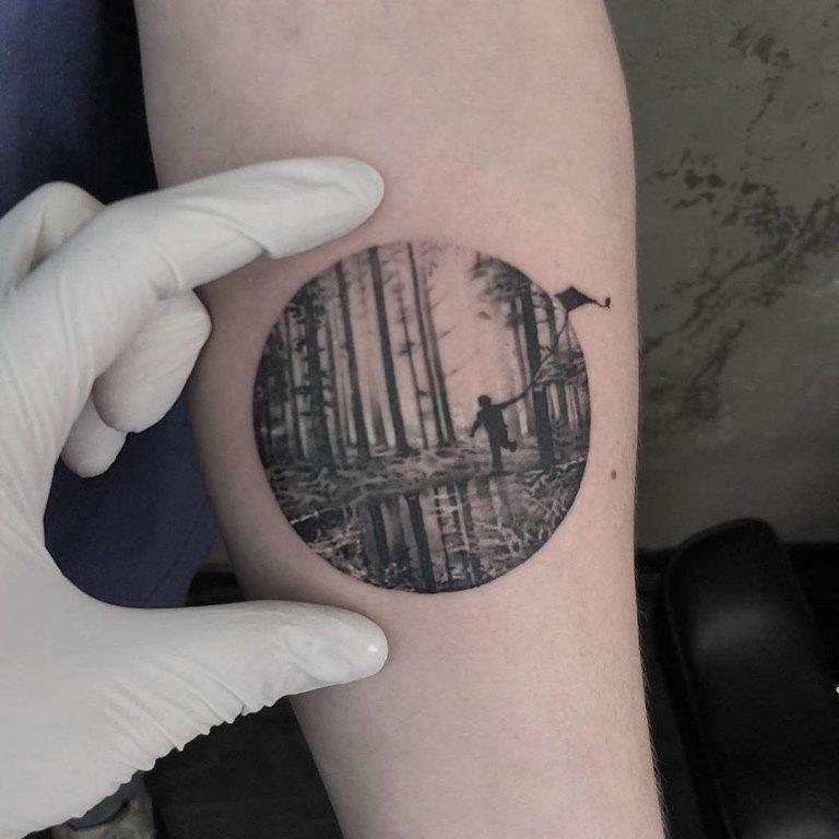 татуировка лес на руке