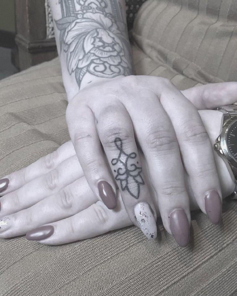 тату на пальцах руки