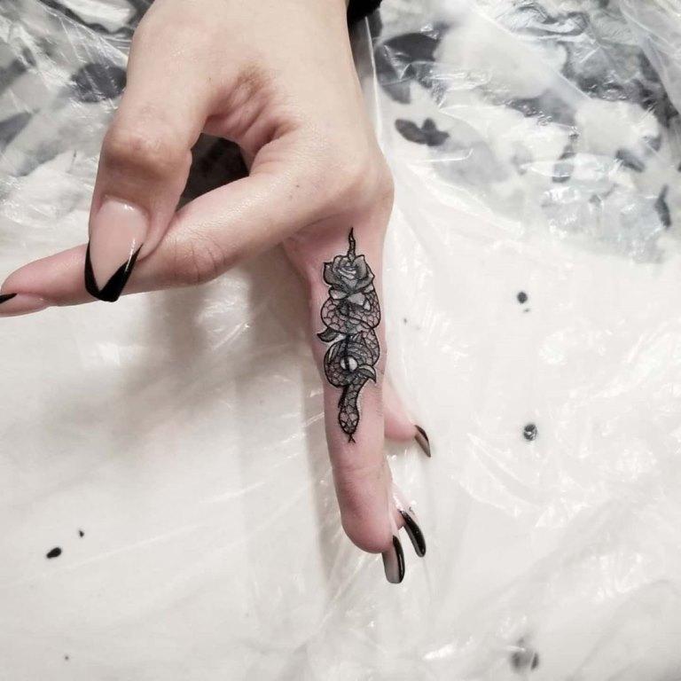 маленькие тату на пальцах