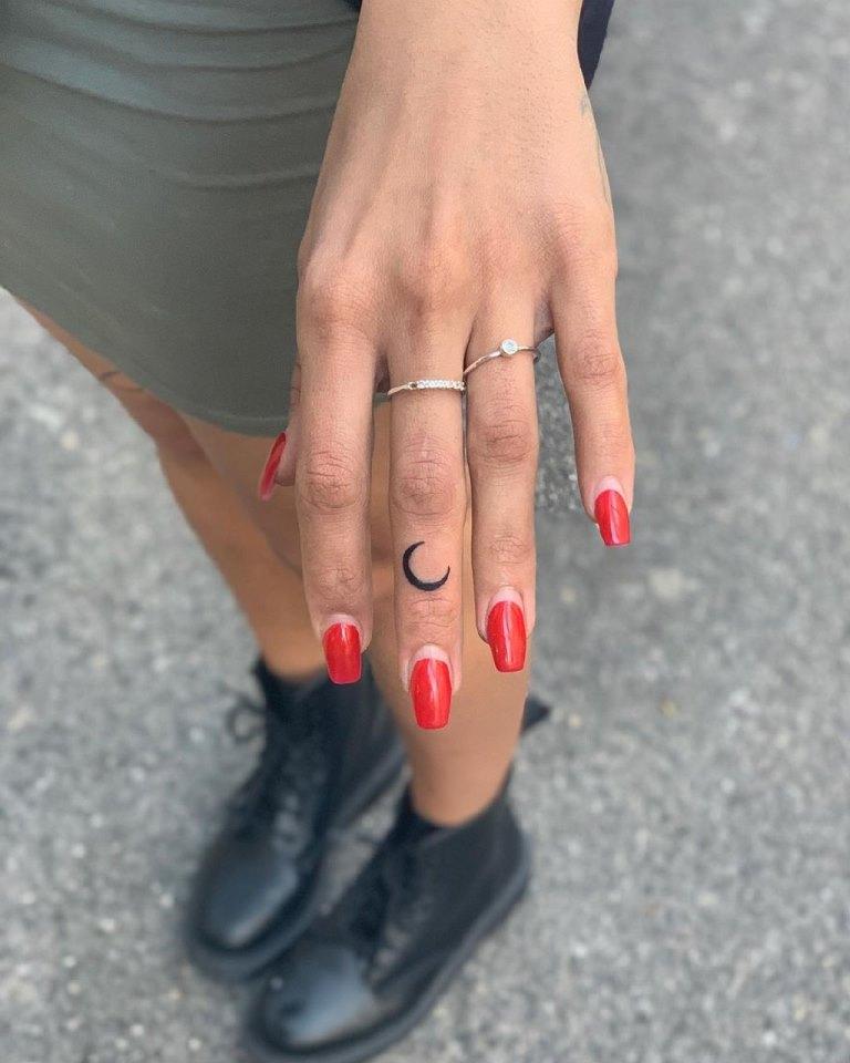 тату на пальцах рук для девушек фото