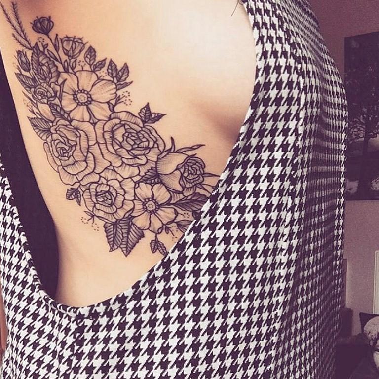 татуировки на ребрах у девушек