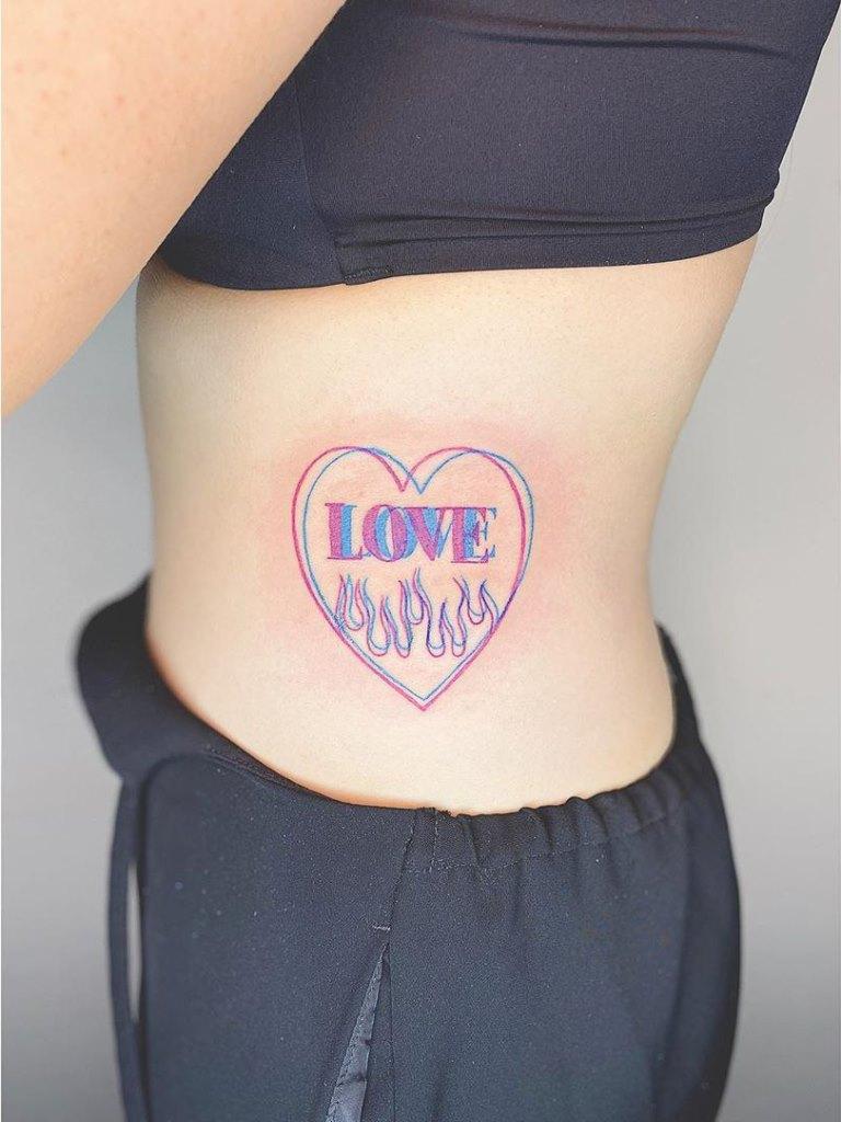 женское тату на ребрах