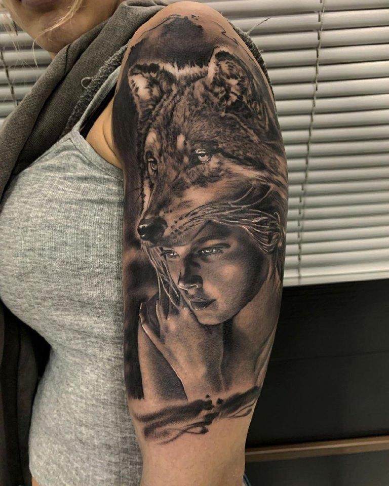 татуировка волка на руке у девушки