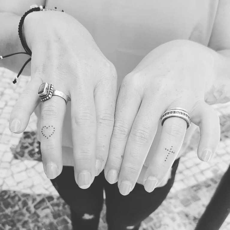 крест на пальце тату значение