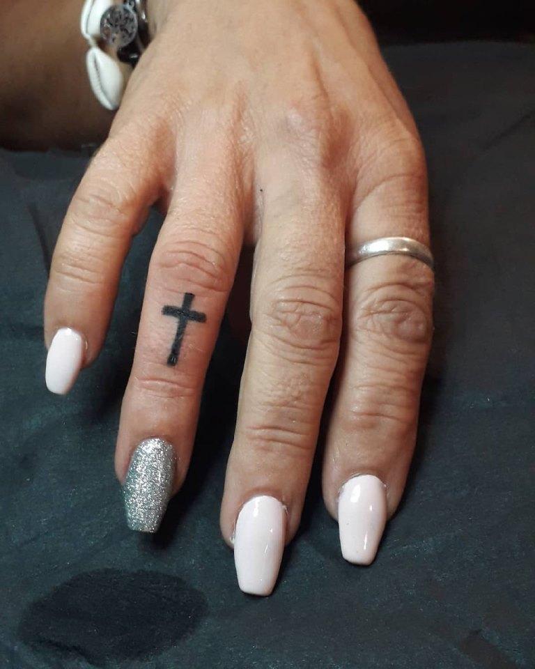 тату крест на пальце