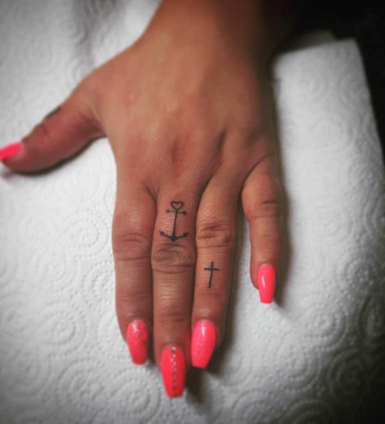 татуировка крест на пальце