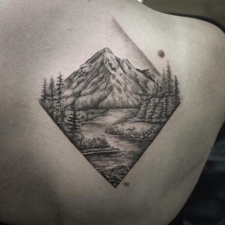 тату горы на спине