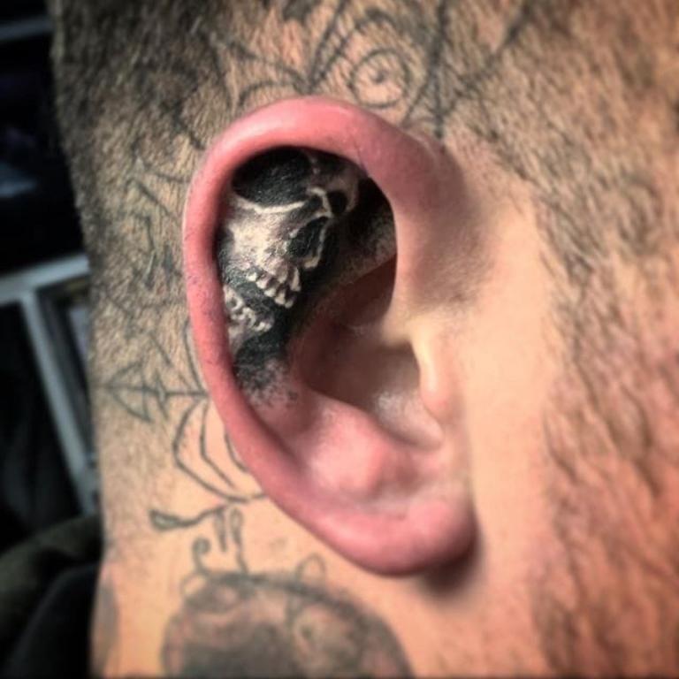 мужские тату за ушами